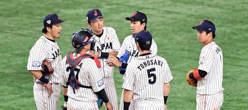 日本対韓国 4回、ピンチにマウンドに集まる日本ナイン(撮影・滝沢徹郎)