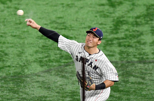 日本対韓国 5回表韓国1死満塁、姜白虎の打球を捕球し返球する右翼手の鈴木(撮影・滝沢徹郎)