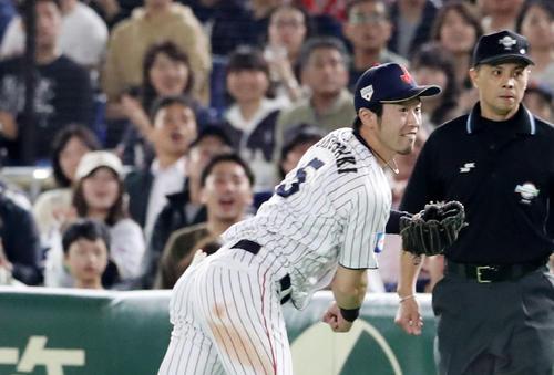 日本対韓国 5回表韓国1死満塁、外崎は鈴木からの返球を本塁へ送球する(撮影・加藤哉)