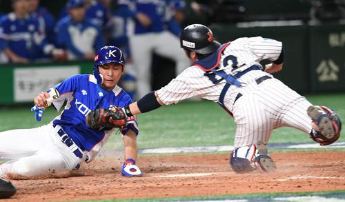日本対韓国 5回表韓国1死満塁、姜白虎の右飛で本塁に突入した李政厚(左)は甲斐にタッチされアウトとなる(撮影・山崎安昭)