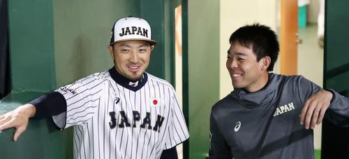 日本対韓国 試合前秋山(右)と談笑する菊池涼(撮影・加藤哉)