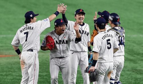 日本対韓国 勝利して、笑顔でハイタッチする田口(中央)ら日本の選手たち(撮影・浅見桂子)