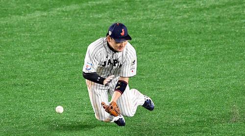 日本対韓国 7回表韓国2死一、二塁、丸は姜白虎の打球を捕れず2点適時打となる(撮影・滝沢徹郎)