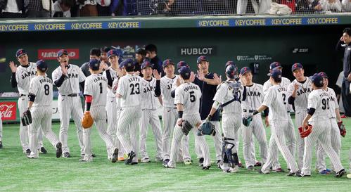 日本対韓国 韓国に勝ち笑顔でナインを出迎える稲葉監督(左から3人目)(撮影・垰建太)
