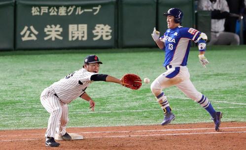 日本対韓国 9回表韓国1死一塁、許敬民(右)を併殺に仕留める田口(左)(撮影・垰建太)