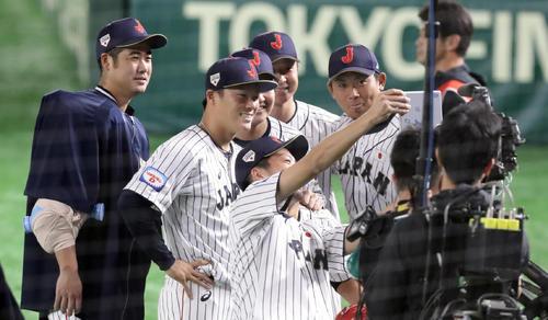 日本対韓国 勝利し、嘉弥真のスマートフォンで記念撮影する大竹(左)山岡ら(撮影・浅見桂子)