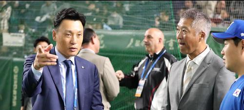 日本対韓国 李承ヨプ氏(左)と話す巨人後藤コーチ(撮影・加藤哉)
