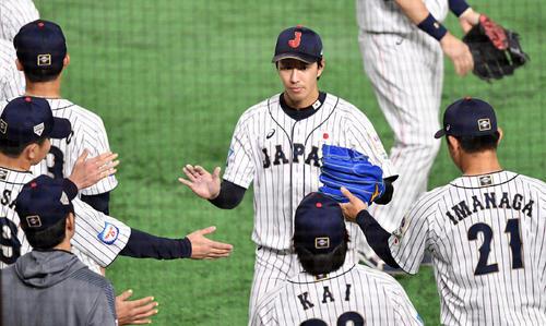 日本対韓国 1回を3者凡退に仕留めた岸(中央)はナインとタッチを交わす(撮影・滝沢徹郎)