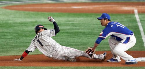 日本対韓国 1回裏日本無死二塁、坂本勇の中飛でタッチアップし三塁へスライディングする山田哲(撮影・前田充)
