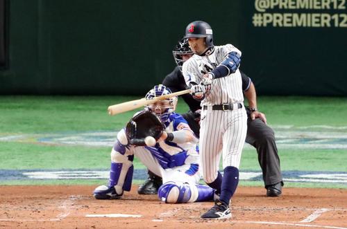 日本対韓国 2回裏日本2死二塁、先制の適時打を放つ菊池。投手李承鎬(撮影・垰建太)