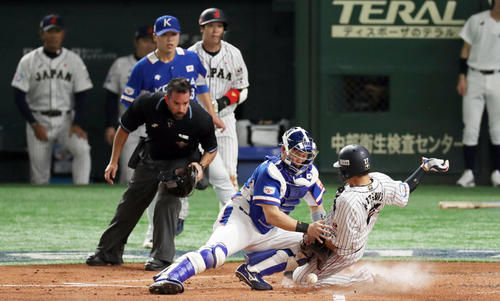 日本対韓国 2回裏日本2死二塁、菊池涼の左前適時打で先制の生還を果たす会沢(右)。後方左端は見つめる稲葉監督(撮影・前田充)