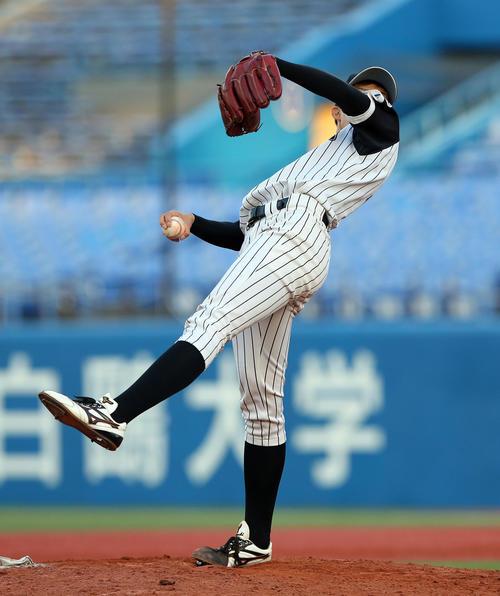 九産大対金沢学院大 背面に体を倒す独特なフォームで投球する九産大・谷口(撮影・大野祥一)