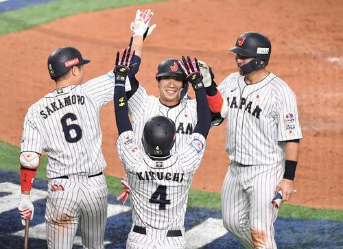 日本対韓国 2回裏日本2死一、二塁、左越え3点本塁打を放った山田哲(中央)は笑顔でナインとタッチを交わす(撮影・滝沢徹郎)