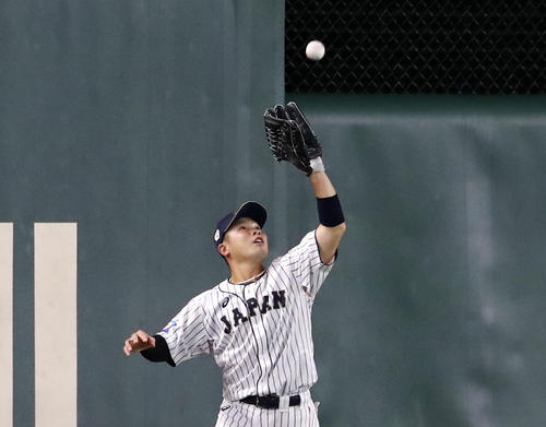 日本対韓国 3回表韓国無死一塁、近藤は金宰煥の飛球を捕球する(撮影・加藤哉)