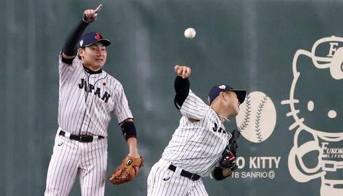 日本対韓国 3回表韓国無死一塁、近藤は金宰煥の飛球を捕球し二塁へ返球する、左は丸(撮影・加藤哉)