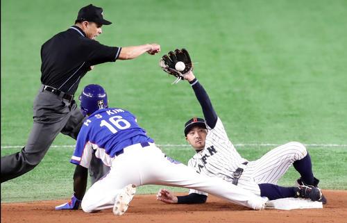 日本対韓国 3回表韓国無死一塁、金宰煥の左飛で一塁走者の金河成はタッチアップの二塁進塁を狙うもアウト。二塁手菊池涼(撮影・浅見桂子)
