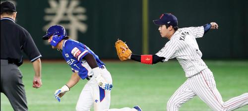 日本対韓国 5回表韓国1死一塁、一走金相竪は打者金河成の三振で跳びだし一,二塁間で挟殺される、右は山田哲(撮影・加藤哉)