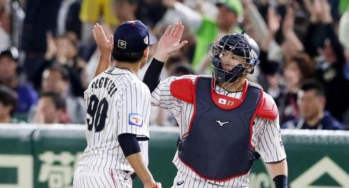 日本対韓国 5回表韓国1死一塁、一走金相竪を一,二塁間で挟殺し田口(左)とハイタッチする会沢(撮影・加藤哉)