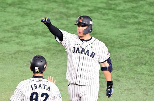 日本対韓国 7回裏日本2死三塁、右前適時打を放った浅村はベンチへ向かってガッツポーズする(撮影・滝沢徹郎)