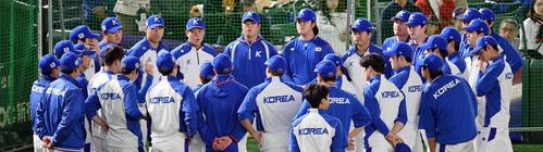 日本対韓国 試合前練習に集合する韓国ナイン(撮影・滝沢徹郎)