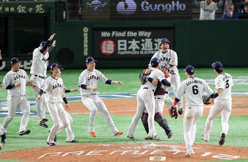 日本対韓国 韓国に勝ち優勝を決め歓喜の侍ジャパンの選手たち(撮影・垰建太)