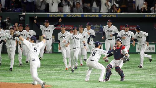 日本対韓国 韓国を破って世界一となりベンチを飛び出して歓喜する日本ナイン(撮影・前田充)