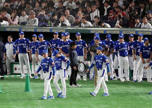 日本対韓国 日本に敗れ準優勝の表彰を受ける韓国の選手たち(撮影・垰建太)