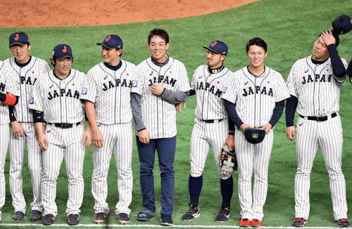 日本対韓国 優勝を決め笑顔で日本ナインと整列する秋山(左から4人目)(撮影・滝沢徹郎)