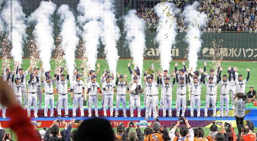 日本対韓国 優勝を決め、セレモニーでバンザイする日本の選手たち(撮影・浅見桂子)