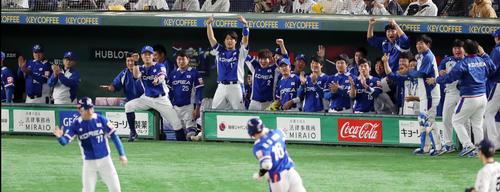 日本対韓国 1回表韓国無死一塁、金河成の先制2点本塁打に盛り上がる韓国ナイン(撮影・垰建太)
