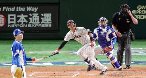日本対韓国 1回裏日本2死一塁、左越え適時打を放つ鈴木。投手梁ヒョン種(撮影・垰建太)