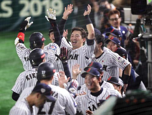 日本対韓国 2回裏日本2死一、二塁、左越え3点本塁打の山田哲を笑顔で迎える鈴木(中央)ら(撮影・浅見桂子)