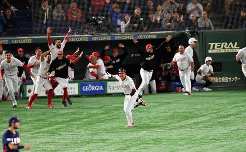 メキシコ対米国 10回裏メキシコ1死満塁、ナバーロ(手前中央)はサヨナラ打を放つ(撮影・滝沢徹郎)