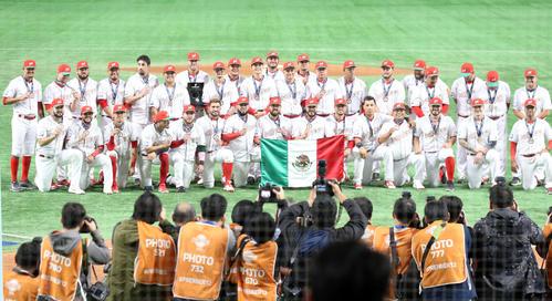 メキシコ対米国 五輪出場を決め、笑顔で記念撮影するメキシコの選手たち(撮影・浅見桂子)