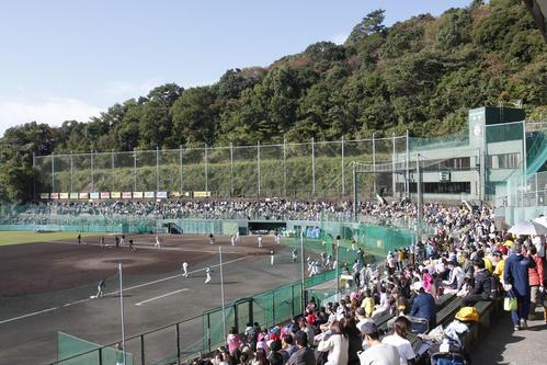 多くのファンが集まる安芸市営球場(撮影・上山淳一)