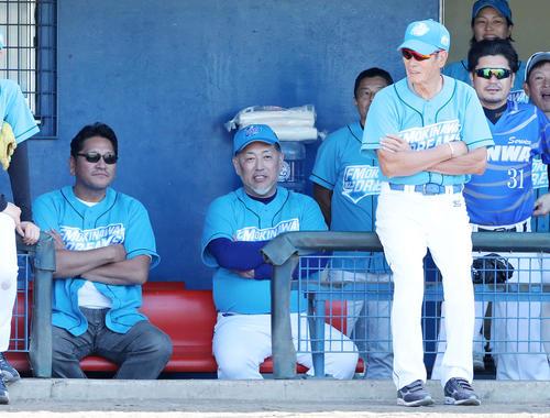 ドリームチーム対浦添選抜 試合前、談笑する左から佐々木氏、清原氏、権藤氏(撮影・鈴木正人)