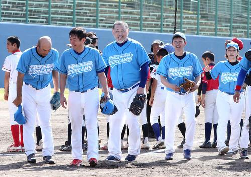 試合後、ファンに笑顔であいさつする清原氏(撮影・鈴木正人)