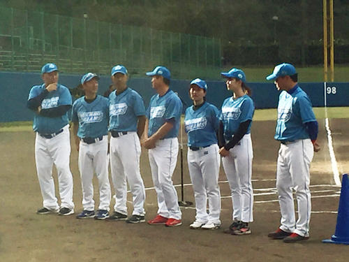 「FM沖縄開局35周年記念ドリームマッチ」でユニホーム姿を披露した清原和博氏(左端)