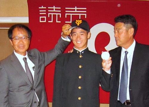 仮契約を行った巨人ドラフト4位の前橋商・井上(中央)(11月10日撮影)