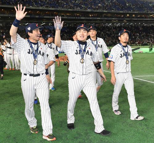 日本対韓国 表彰式を終えて場内1周する、左から松田宣、丸、坂本勇、嘉弥真(撮影・山崎安昭)