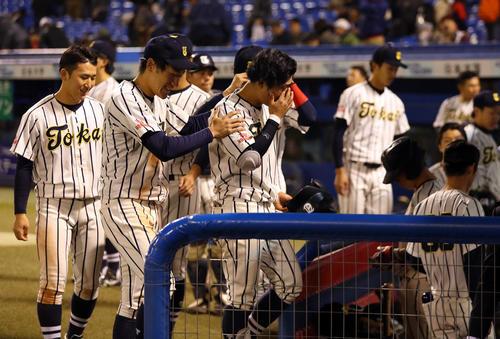 慶大対東海大北海道 7回コールドで敗れ、肩を落として引き揚げる東海大北海道の選手たち(撮影・大野祥一)