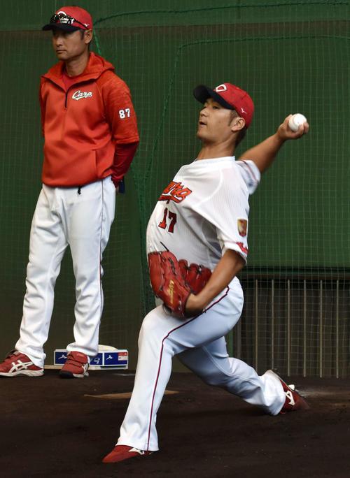ブルペンで投球練習を行う広島岡田