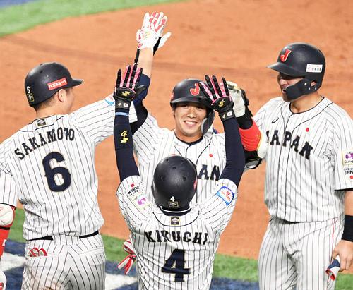 2回裏日本2死一、二塁、左越え3点本塁打を放った山田哲人(中央)は笑顔でナインとタッチを交わす(撮影・滝沢徹郎)