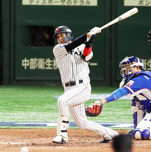 2回裏日本2死一、二塁、左越えに逆転3点本塁打を放つ山田哲人(撮影・前田充)