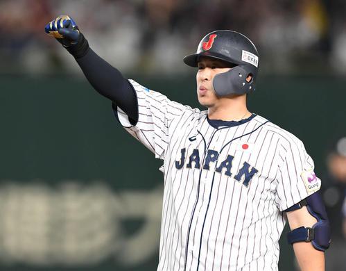 日本対韓国 7回裏日本2死三塁、右前適時打を放ちガッツポーズの浅村(撮影・山崎安昭)