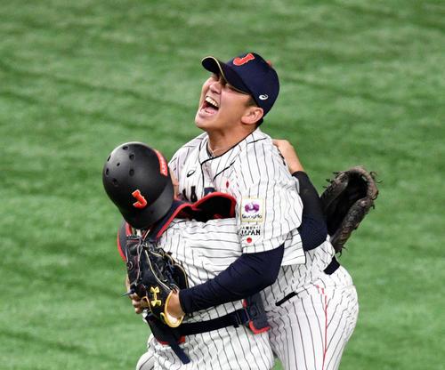 最後の打者を空振り三振に仕留め山崎(右)と抱き合って喜ぶ会沢(撮影・滝沢徹郎)