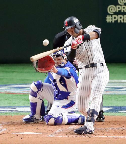 日本対韓国 1回裏日本2死一塁、左越え適時二塁打を放つ鈴木(撮影・垰建太)