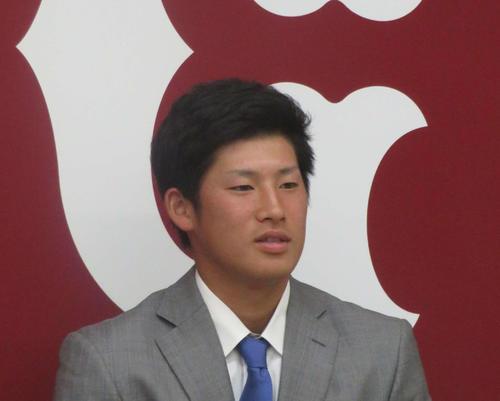 契約更改後に会見する巨人増田