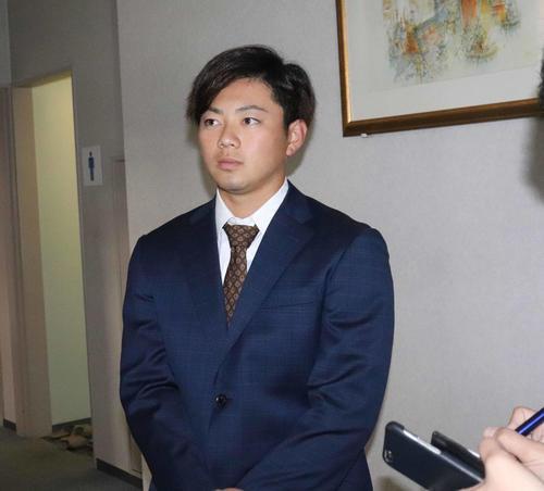 契約更改を終え、取材に応じるロッテ成田(撮影・久永壮真)
