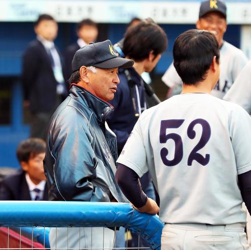 試合後、ベンチで選手たちと話す関大・早瀬監督(左)(撮影・大野祥一)